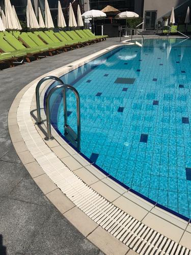 canaleta na borda da piscina
