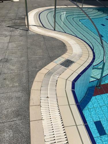 grelhaplast fazendo a borda de piscina curva