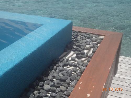 grelhaplast na canaleta da piscina com borda infinita