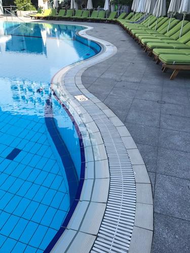 canaleta contornando a piscina